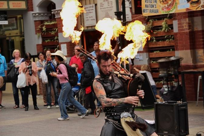 Usando kilt, tatuagens e apetrechos do gênero punk, Badpiper é um artista literalmente em chamas
